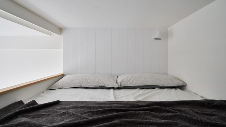 04-The-bedroom-is-tiny-and-features-only-a-queen-size-bed-but-who-needs-more-for-comfortable-sleeping-775x517