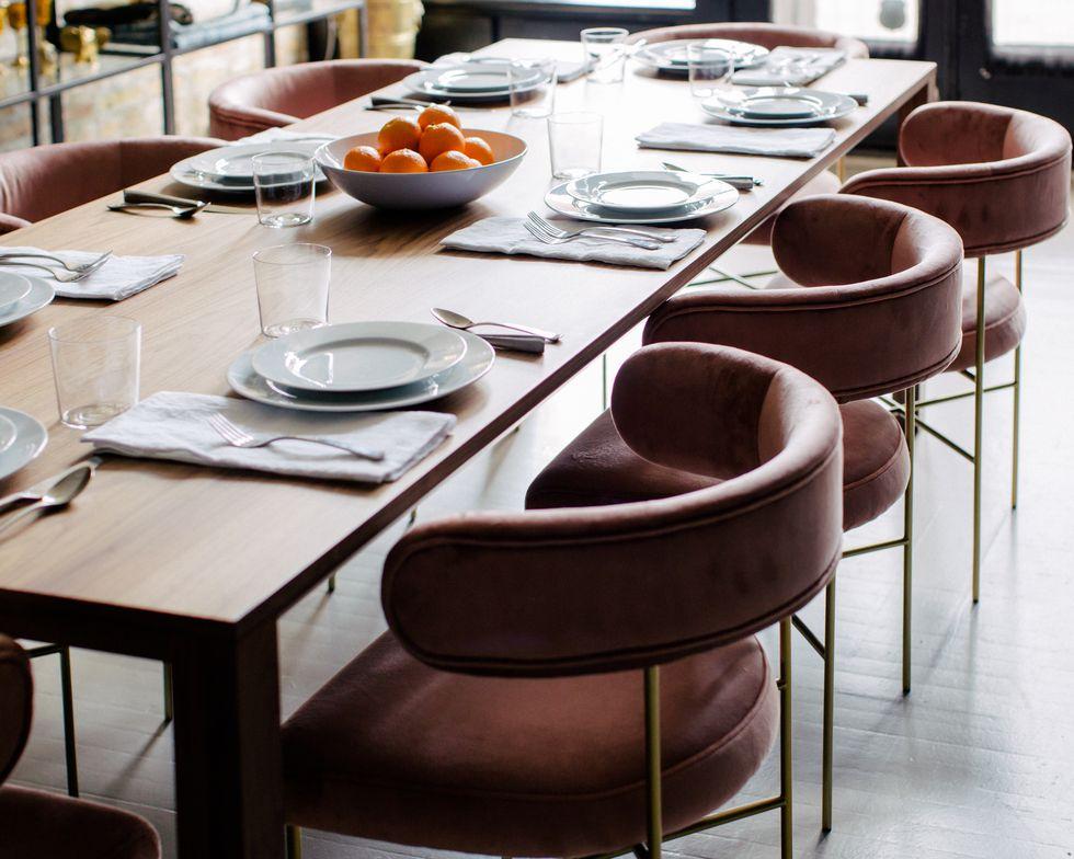 Bộ bàn ghế với tông màu hồng xám