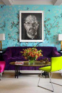Không gian phòng khách với ảnh chân dung làm nền