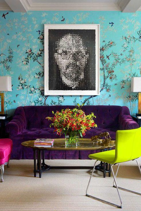 Không gian phòng khách với ảnh chân dung, giấy dán tường làm nền