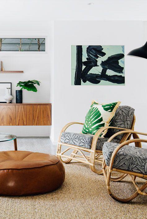 Phòng khách với thảm đay và ghế mây nhiệt đới