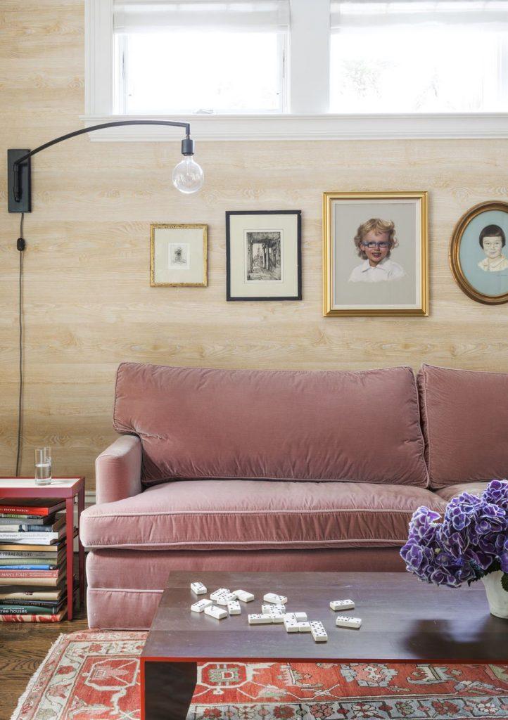 Phòng khách với ghế sofa màu hồng