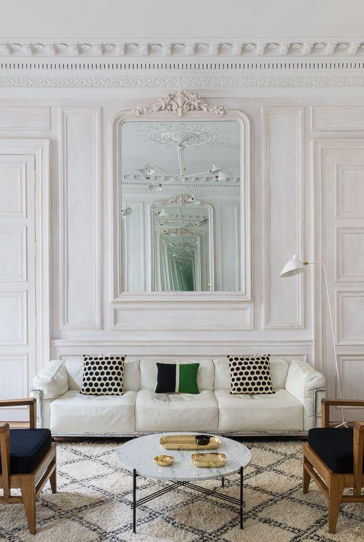 Phòng khách kiểu Pháp với ghế sofa trắng
