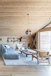 Trang trí phòng khách bằng gỗ cạnh núi